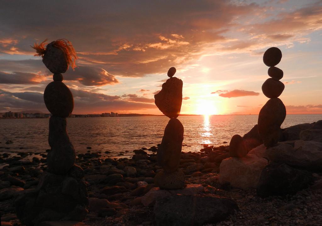 Immagine del tramonto a Cattolica, pietre in equilibrio.
