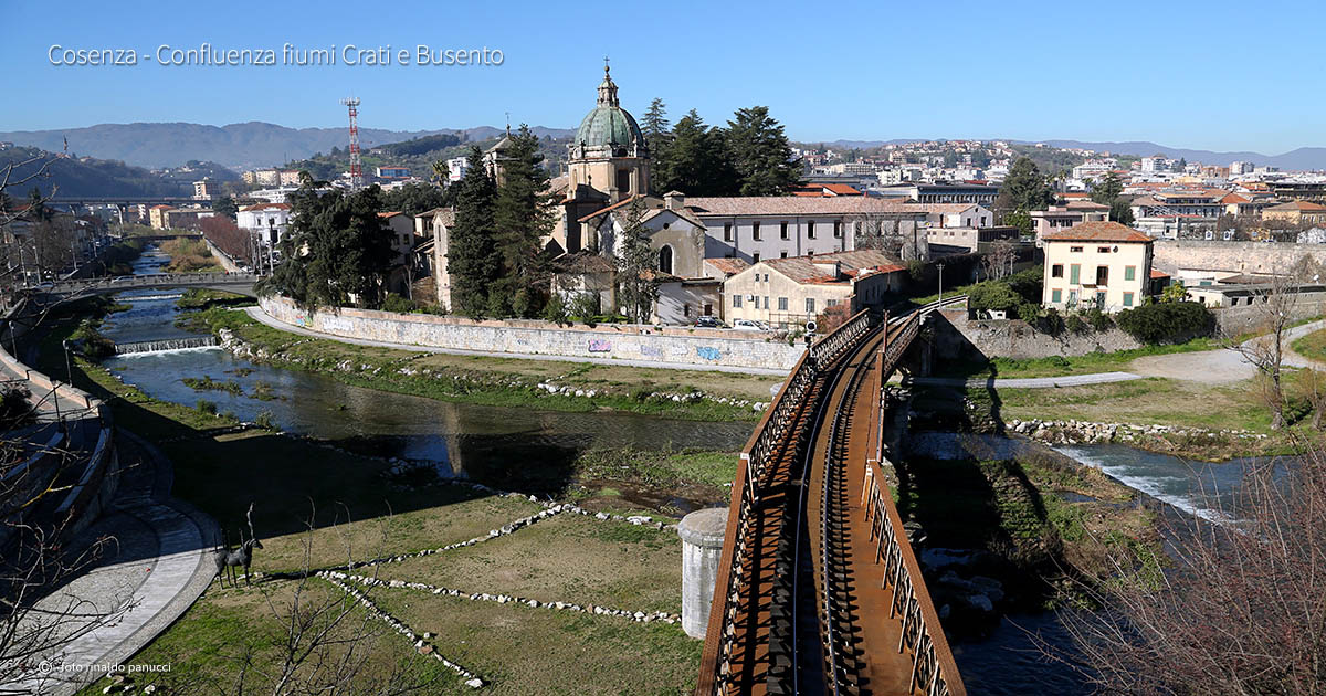 Città da visitare in Italia. Cosenza: confluenza dei fiumi Crati e Busento..