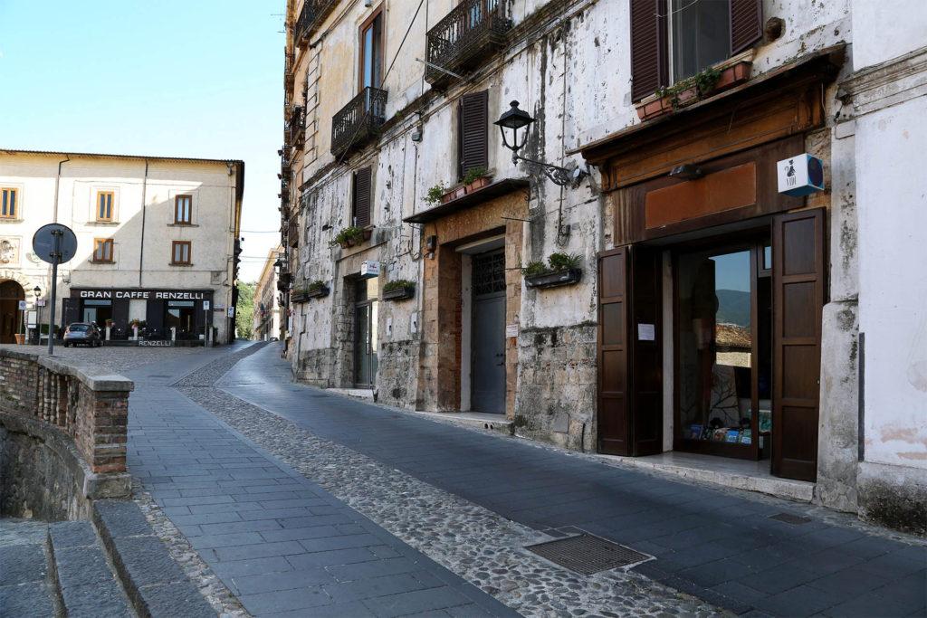 Corso Telesio, la via principale del centro storico di Cosenza.
