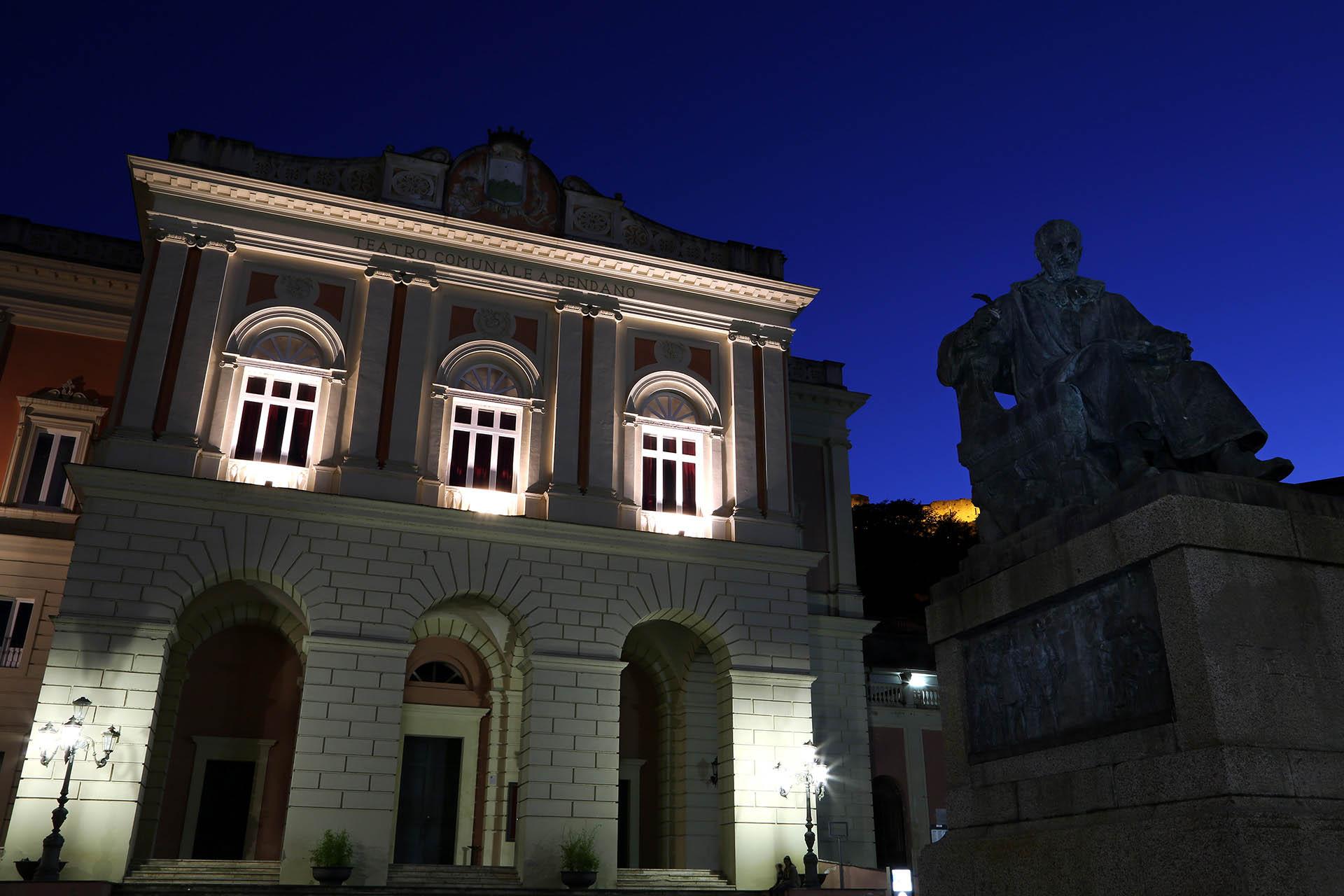 Teatro Alfonso Rendano e statua Bernardino Telesio.
