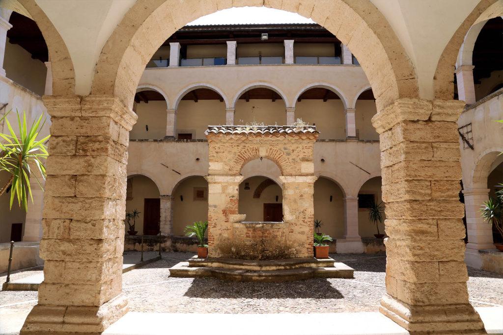Museo dei Brettii e degli Enotri, il bellissimo chiostro del convento di San'Agostino.