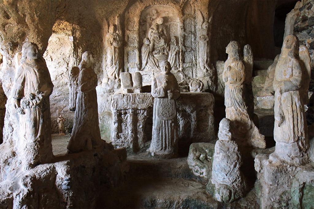 Sculture nella chiesetta di Piedigrotta.