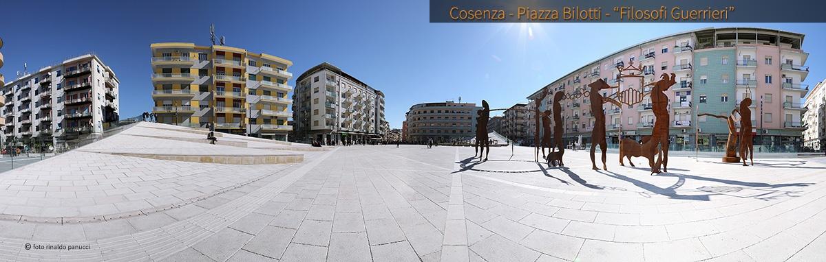 Città da visitare in Italia. Cosenza, piazza Bilotti, Filosofi Guerrieri.