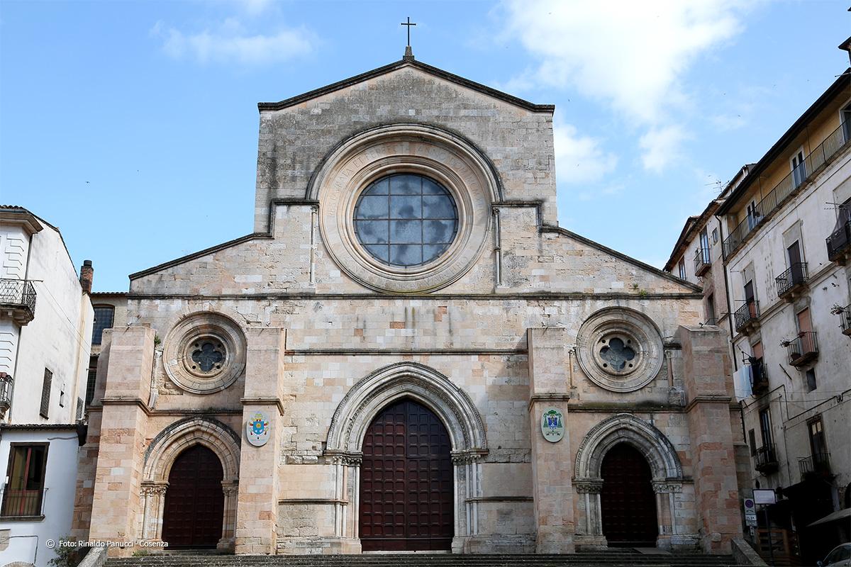 La facciata principale della Cattedrale di Cosenza.