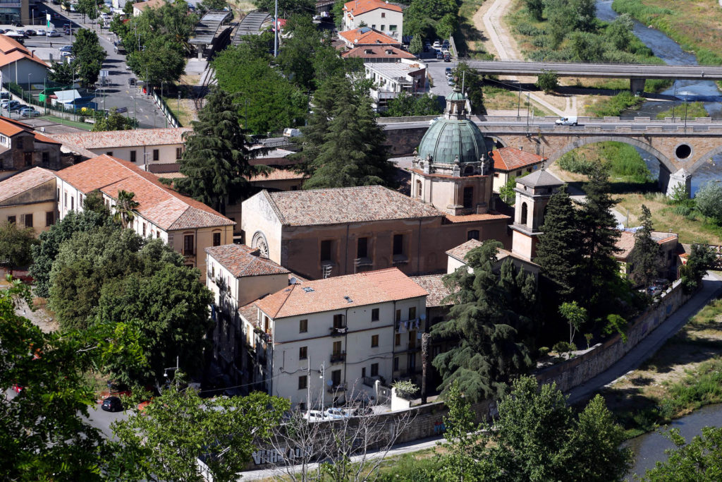Chiesa di San Domenico, il complesso monumentale nel centro storico di Cosenza visto dall'alto.