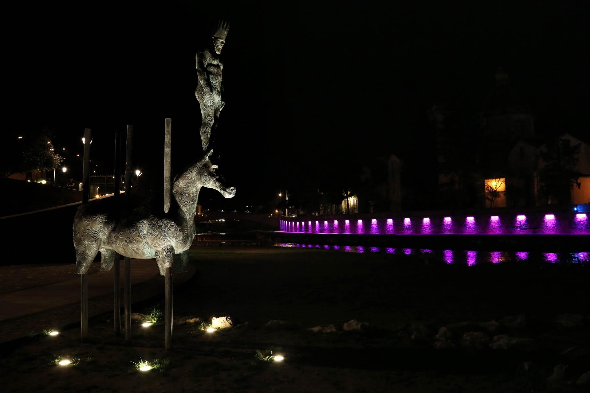La statua di Re Alarico, posta alla confluenza dei fiumi Crati e Busento, a Cosenza.